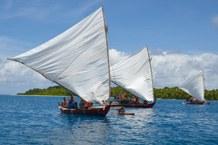 Auslegerkanu vor Ifelik, Mikronesien
