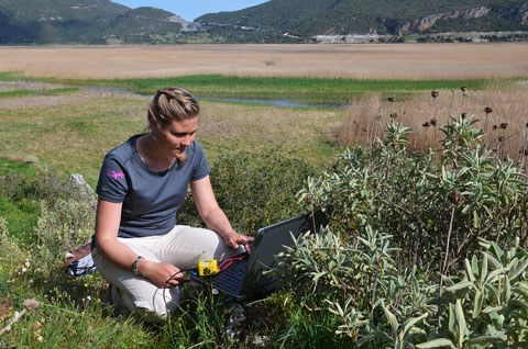 PhD student Joana Seguin collects climate data from a data logger at Lake Stymphalia. (photo: Unkel)